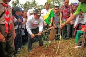 Program Zakat Oksigen kabupaten Banyuwangi diawali dengan penanaman pohon oleh ribuan siswa SD sampai mahasiswa.