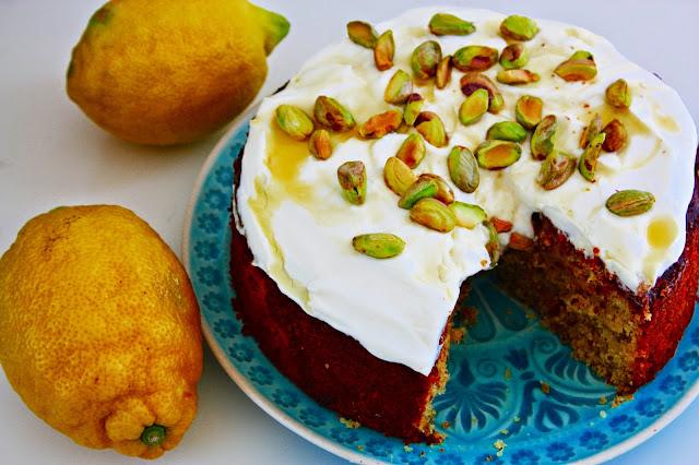 Saftiger Pistazien Zitronen Kuchen mit Holunder Joghurt