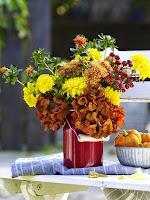 Декорация ваза с есенни цветя и тикви