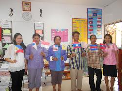 ครูและนักเรียนช่วยกันทำธงอาเซียน  สวยไหมค่ะ