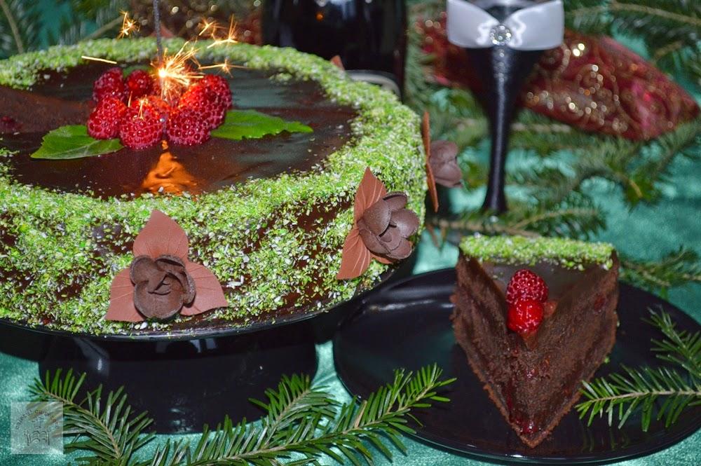 http://www.caietulcuretete.com/2014/01/tort-de-ciocolata-cu-sos-de-zmeura.html