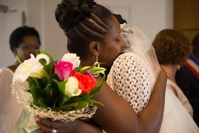 la mariée embrasse sa soeur - mariage en Guadeloupe - Le Gosier