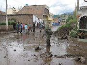 . desde la tarde de ayer cuando ocurrió la inundacion en el mercado de . img
