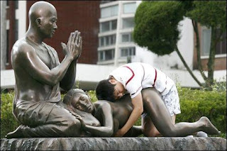 Funny pictures: Chinese man sleeps on Buddha monument