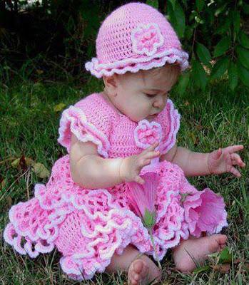 Les bébés filles avec des belles robes