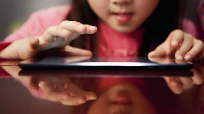 """(HLN) — La frase """"una imagen vale más que mil palabras"""" es una cita memorable. Se trata de expresar una idea mayor con apenas una imagen. Pero en el mundo de las redes sociales, todos parecemos omitir este concepto básico. Los niños y adolescentes suelen subir cientos o miles de fotografías suyas a Internet. De hecho, unas 350,000 imágenes son subidas a Facebook cada día y el número total de fotos en sus servidores ya supera los 240,000 millones. Hasta no hace tanto, una imagen de tu hijo o hija subida a una red social difícilmente terminara siendo utilizada con"""