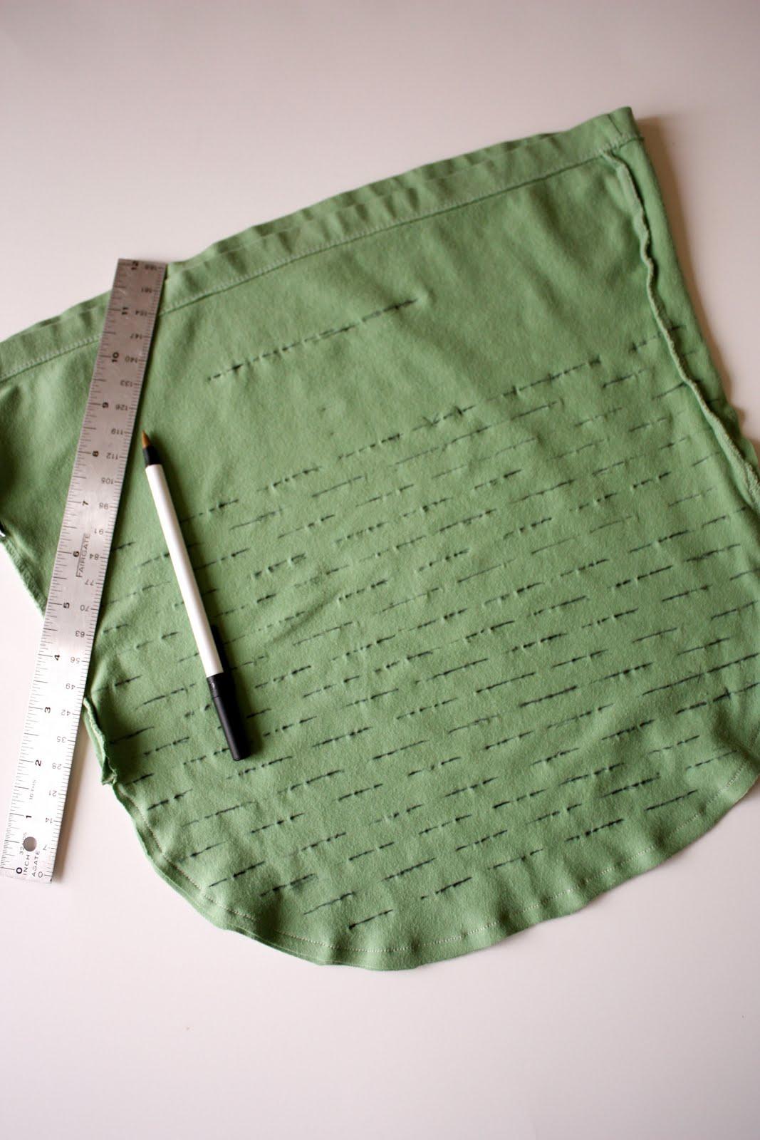 Нарисуйте нужную форму сумки, вырежьте.  2. Сшейте края сумки и обметайте.  Как сделать.