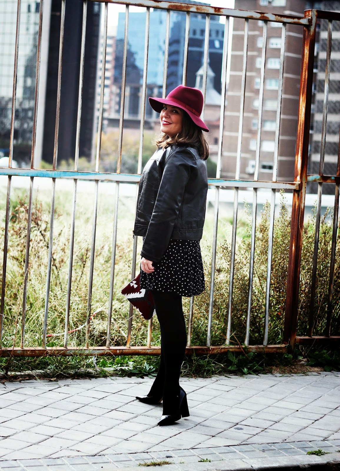 photo-look-street_style-black_and_white-dots_dress-burgundy_hat