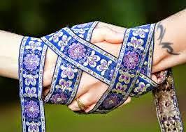 El handfasting o atadura de manos es una ceremonia de origen celta que se hacia para celebrar la unión de dos personas,originalmente llevada a cabo por un