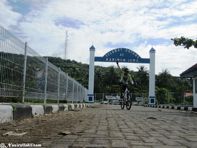 Di Gapura Selamat Datang Pelabuhan Karimunjawa
