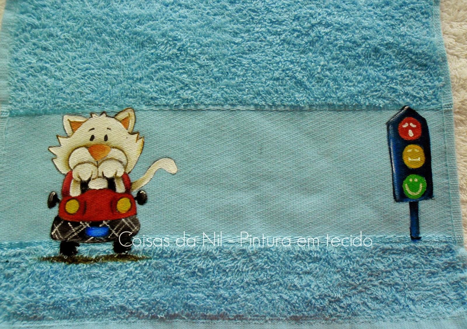 toalha infantil com pintura de gatinho no carro