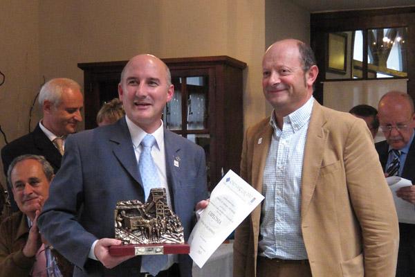 Aquilino Díaz entrega el trofeo en la EXFIASTUR 2010