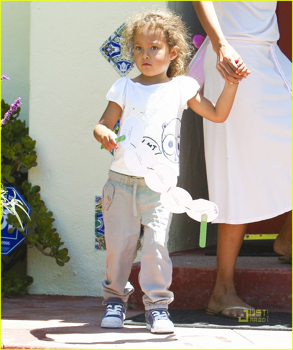 http://1.bp.blogspot.com/-9eTN4-ttfp8/TjrSWn08G4I/AAAAAAAAN_E/z01awK6jRMA/s1600/halle-berry-nahla-picked-up-from-school-18.jpg