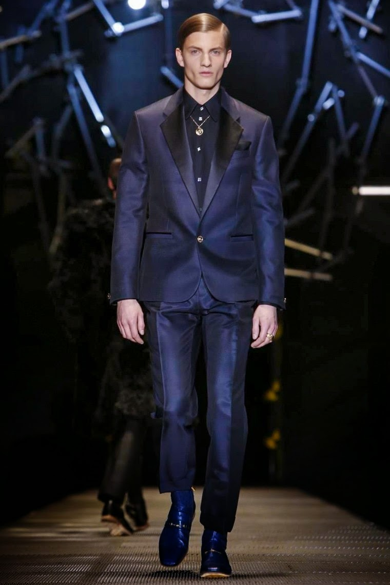 Versace AW15, Versace FW15, Versace Fall Winter 2015, Versace Autumn Winter 2015, Versace, du dessin aux podiums, dudessinauxpodiums, MFW, Pitti Uomo, mode homme, menswear, habits, prêt-à-porter, tendance fashion, blog mode homme, magazine mode homme, site mode homme, conseil mode homme, doudoune homme, veste homme, chemise homme, vintage look, dress to impress, dress for less, boho, unique vintage, alloy clothing, venus clothing, la moda, spring trends, tendance, tendance de mode, blog de mode, fashion blog,  blog mode, mode paris, paris mode, fashion news, designer, fashion designer, moda in pelle, ross dress for less, fashion magazines, fashion blogs, mode a toi, revista de moda, vintage, vintage definition, vintage retro, top fashion, suits online, blog de moda, blog moda, ropa, blogs de moda, fashion tops, vetement tendance, fashion week, Milan Fashion Week