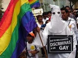 La homofobia se viste de Ku Klux Klan