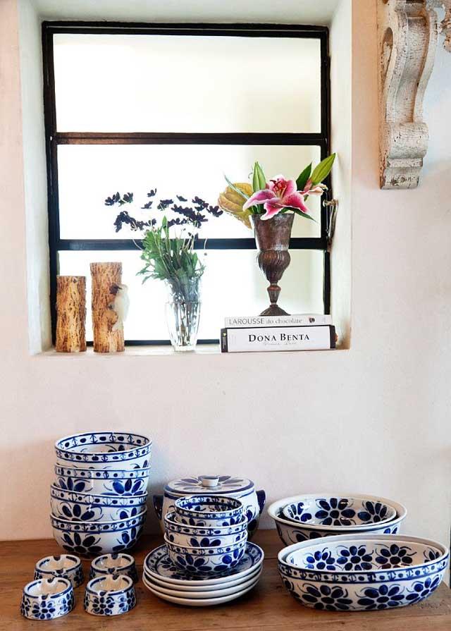cerámica clasica junto a la ventana