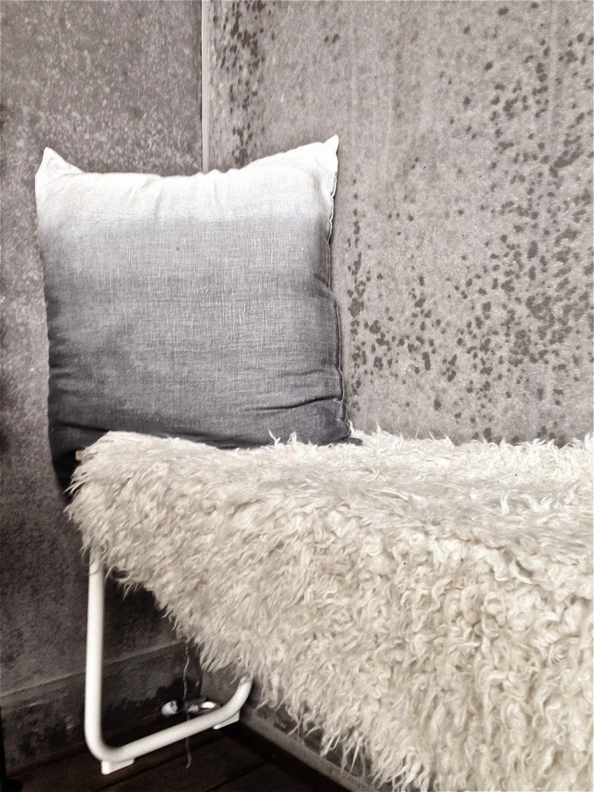 Dip dyed cushion, concrete, betong