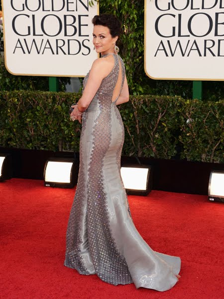 Карла Гуджино в лъскава сива рокля с камъни Swarovski