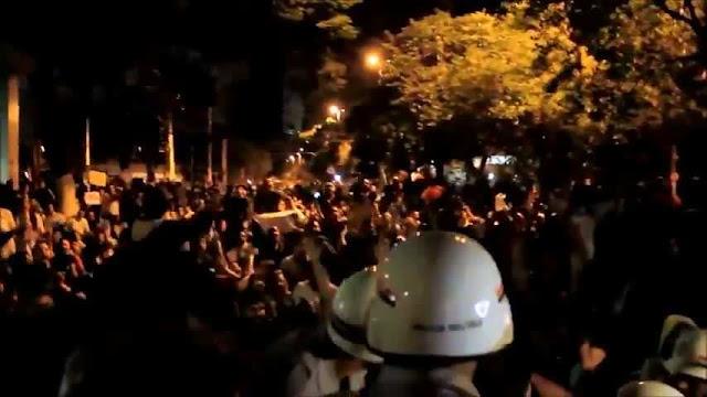 Εκπληκτικό βίντεο από την Βραζιλία: Αστυνομικοί σταματούν την καταστολή και ενώνονται με τους Βραζιλιάνους διαδηλωτές σε καθιστική διαμαρτυρία!!!