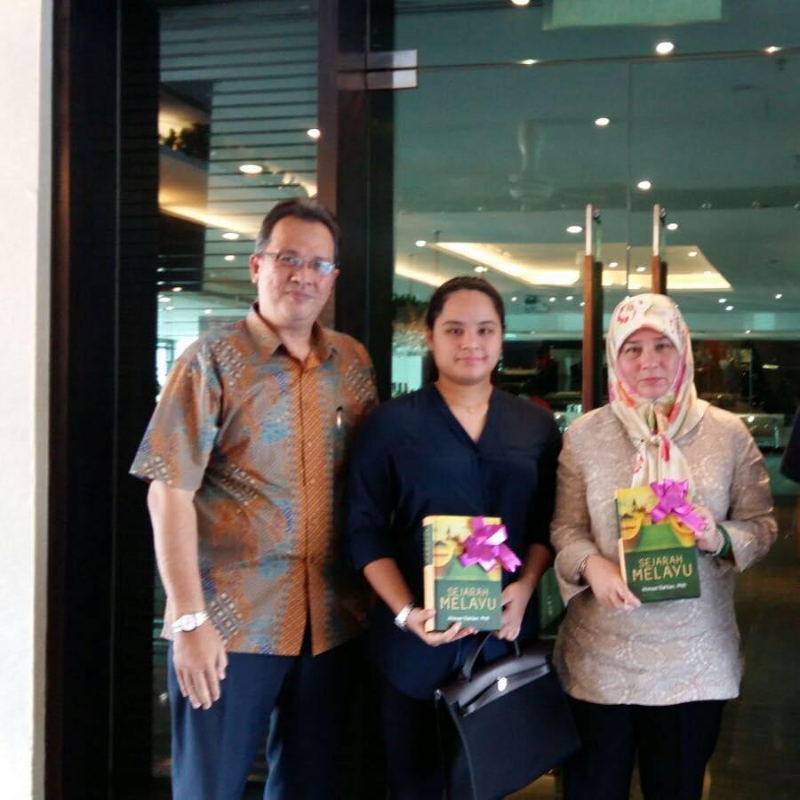 YM Tengku Puan Pahang (Tunku Azizah Aminah Maimunah Iskandariah) dan anakanda YM Tengku Afzan