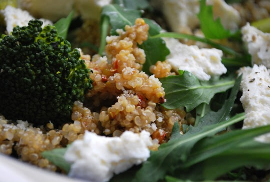 Komosa ryżowa z brokułem i serem feta