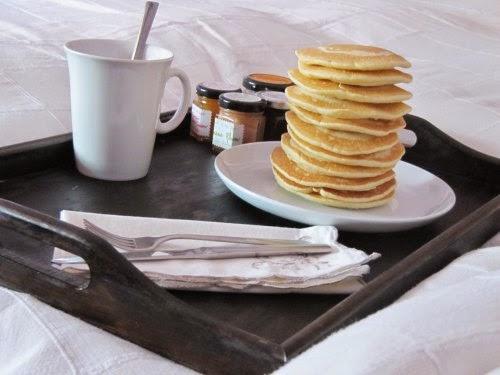Desayuno de tortitas americanas con mermelada