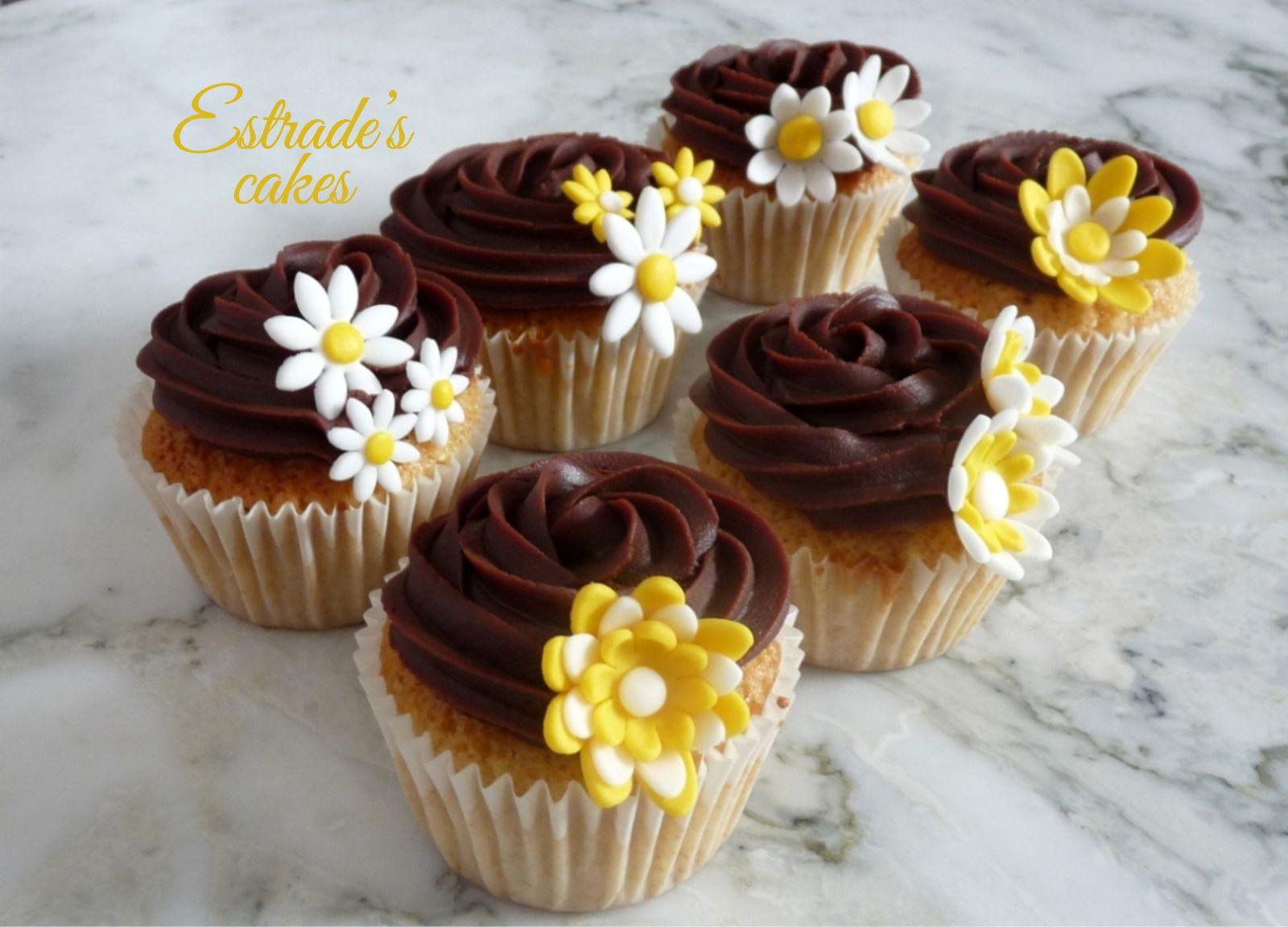 cupcakes de almendra con ganache de chocolate decorado con flores - 1