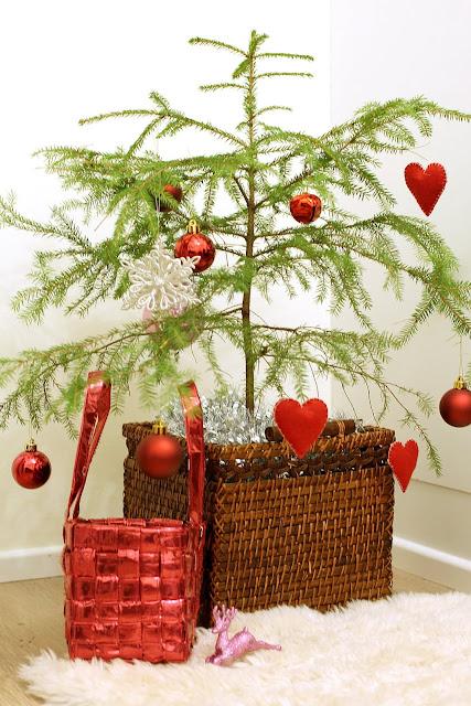 pieni joulukuusi lastenhuoneessa, joulukuusen koristeet