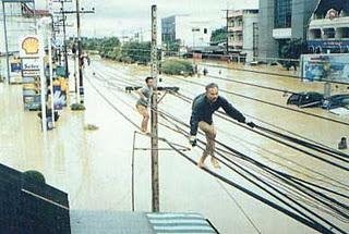 http://asalasah.blogspot.com/2013/06/kreasi-unik-manusia-saat-sedang-banjir.html