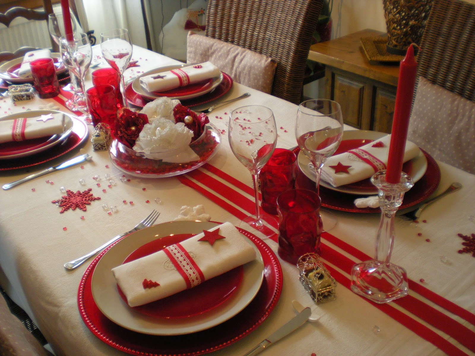 D co th mes mon no l en rouge et blanc for Table de noel blanche