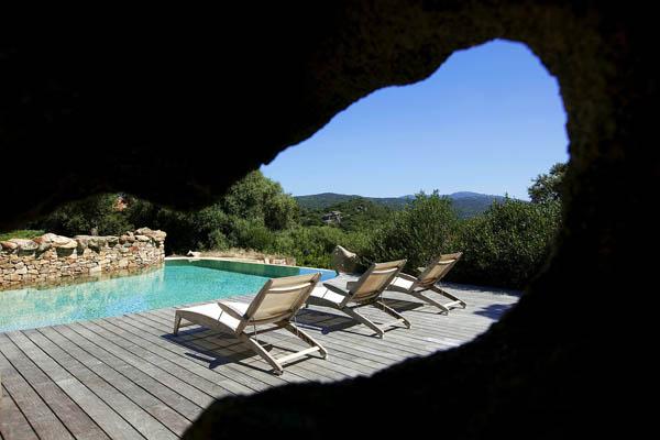 vista de la piscina y gruta