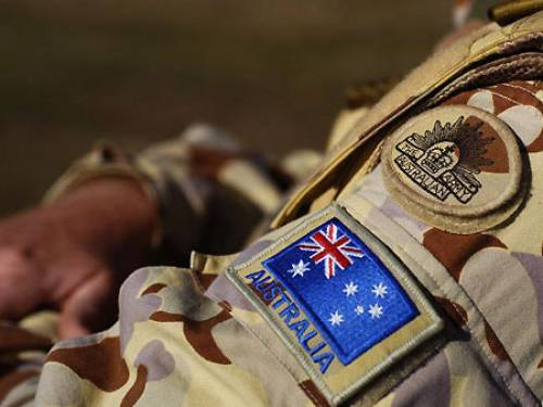 http://1.bp.blogspot.com/-9jYkCSHzdeQ/UI4Go2chVAI/AAAAAAAAEow/7L3EaeDAR0E/s1600/Australian_Soldier_with_AUS-Flag_and_Army_Patch_in_Desert_Cammo.jpg