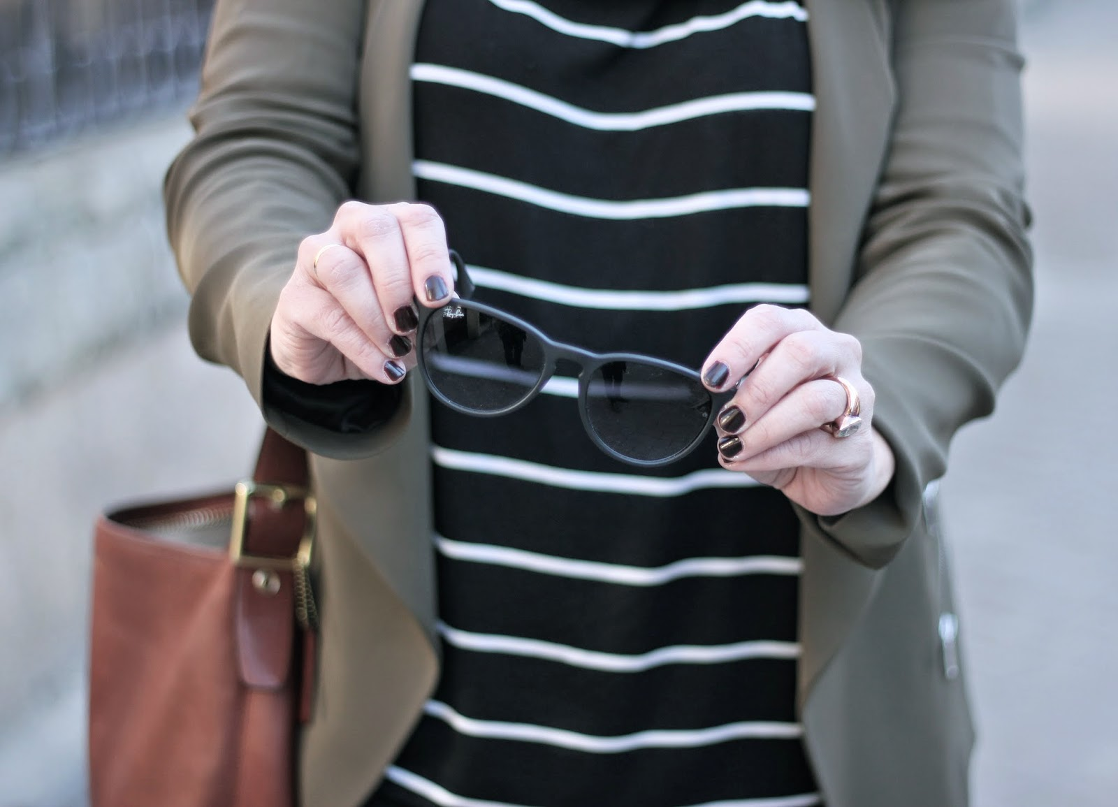 PHOTO-LOOK-STREET_STYLE-KAKHI_JACKET-LEATHER_BLACK_LEEGINS-STRIPES_SHIRT