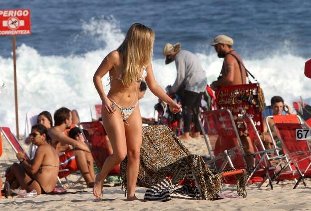 Ela foi à praia sozinha e se distraiu ouvindo música