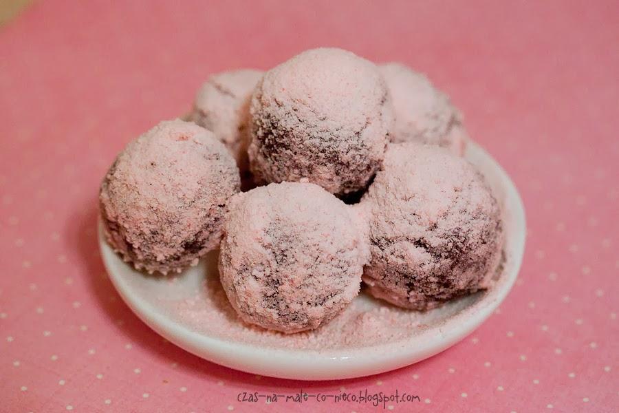 czekoladowe pralinki w pudrze cukierkowym
