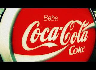 Cartel de Coca-cola antiguo en la feria de desembalaje 2013 en el BEC-