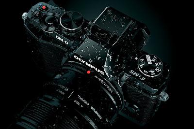 Fotografia della fotocamera Olympus OM-D E-M5 bagnata da gocce di pioggia