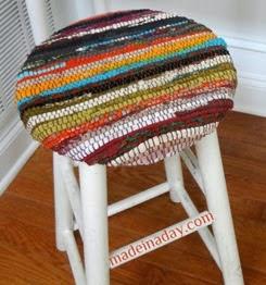 http://trapillo.com/blog/renovar-un-taburete-con-una-alfombra/