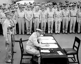 EL GENERAL DOUGLAS MACARTHUR FIRMA LA RENDICIÓN JAPONESA EL 02/09/1945