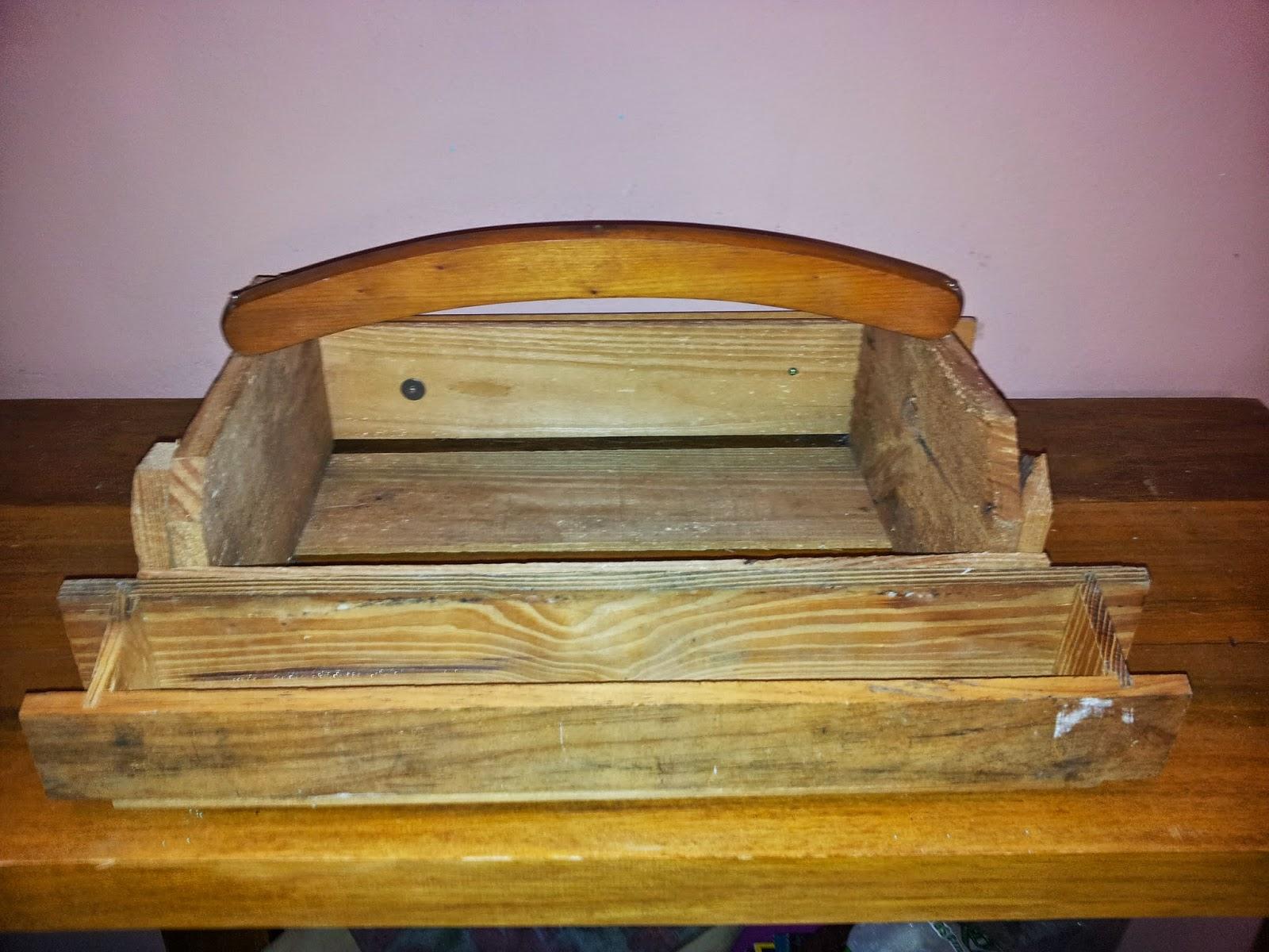 caixa de frutas formando a alça da caixa de ferramentas #6D4118 1600x1200