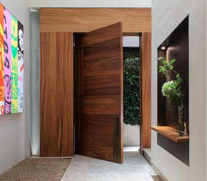 Fotos y dise os de puertas dise o puertas en madera for Puertas pivotantes madera