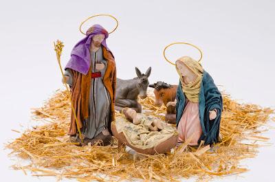 Nacimiento de Jesús en el pesebre acompañado de María y José