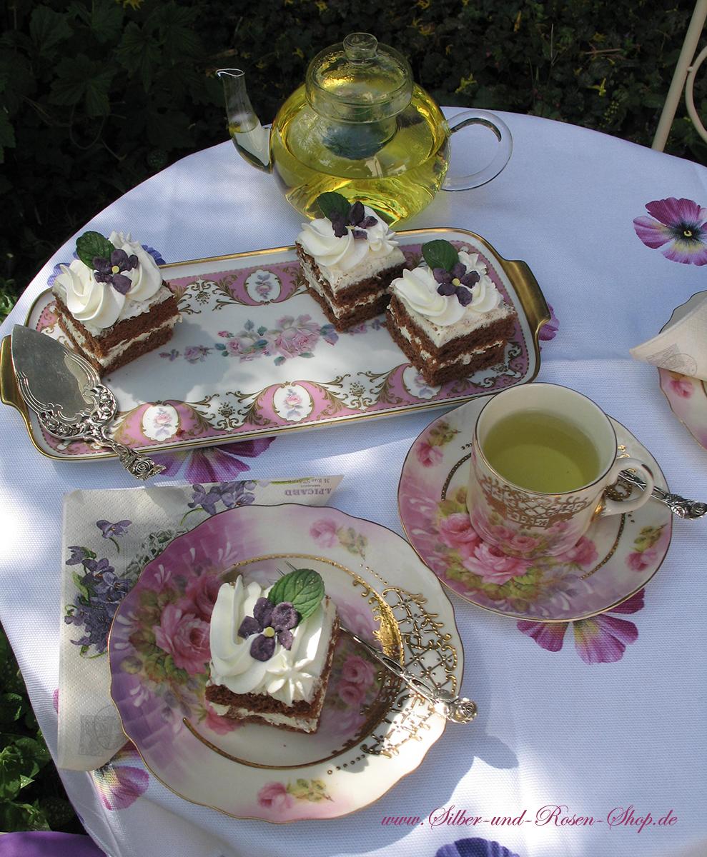 Veilchen und Rosen. Das Geschirr Rosenbouquett ist modernes Porzellan im Nostalgiestil. Dekoriert in Rosa und Lila Farbtönen und aufwendig mit goldenem Spitzenmuster bemalt.