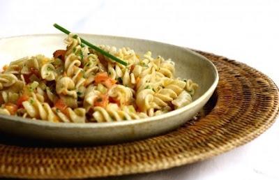 Salada quente de macarrão light