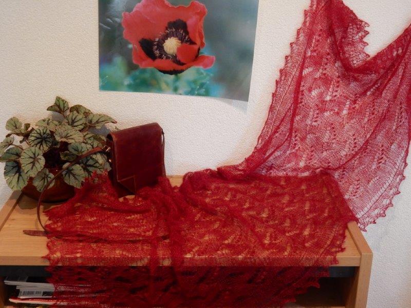 TE KOOP Grote rode Orenburgse shawl.