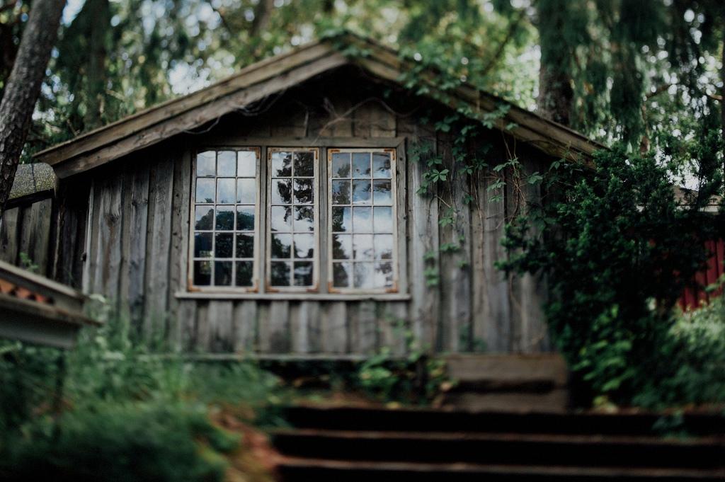 Mysig stuga på bakgård