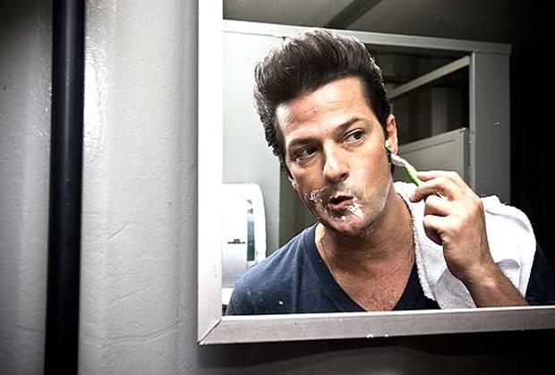 O ator Marcelo Serrado, o Crô da novela 'Fina Estampa', faz a barba antes das gravações da novela (Foto: Leticia Moreira)