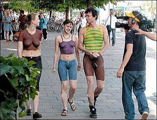 bugil telanjang bulat - Coba anda perhatikan dengan baik foto di atas, dua wanita dan seorang pria dalam foto itu sebenarnya telanjang bulat. Mereka yang sedang bersantai di jalan itu mengenakan pakaian yang dicat