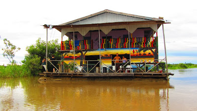 hippilandia floating house hostel amazonas