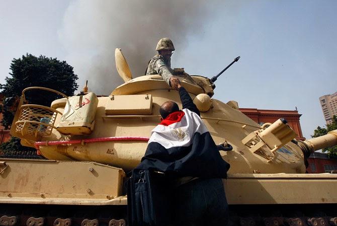 Египтянин жмет руку солдату после того, как армия отказалась стрелять по гражданским, Каир, 2011 год.